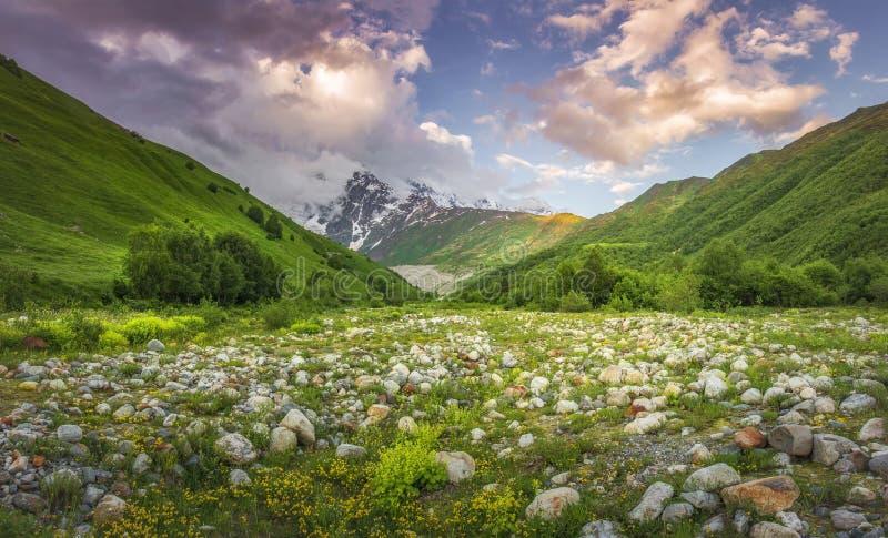 Bello paesaggio delle montagne al tramonto Nuvole rosa in cielo sopra il picco di montagna nevoso fotografie stock libere da diritti