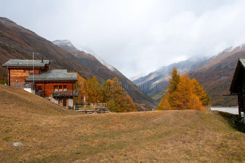 Bello paesaggio di autunno con un chalet e una valle di Zmuttbach immagine stock libera da diritti