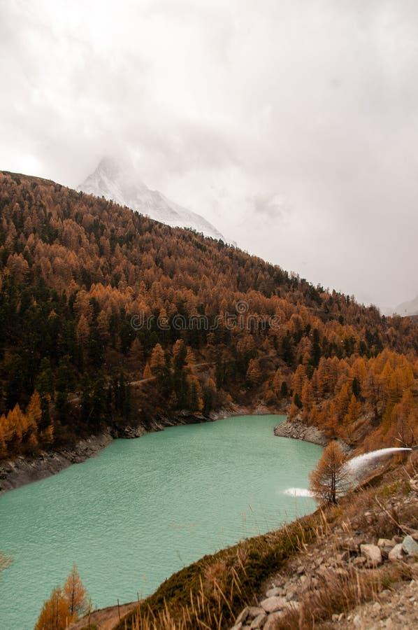 Bello paesaggio di autunno con Zmuttbach Damm e picco del Cervino nell'area di Zermatt immagine stock libera da diritti