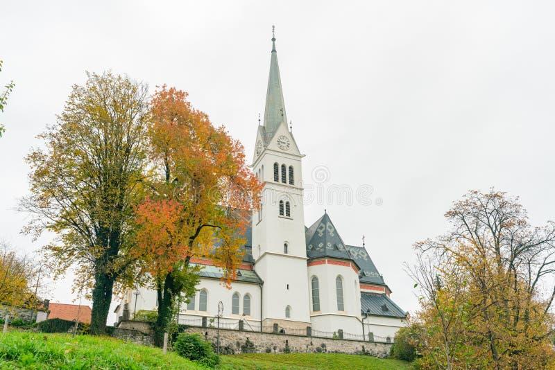 Bello paesaggio di autunno intorno al lago sanguinato con la chiesa di parrocchia di St Martin fotografie stock