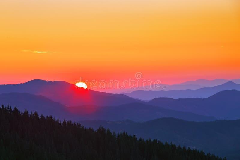 Bello paesaggio di autunno nelle montagne fotografia stock