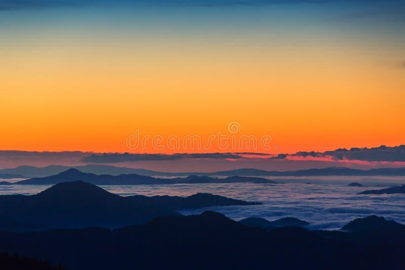 Bello paesaggio di autunno nelle montagne fotografia stock libera da diritti