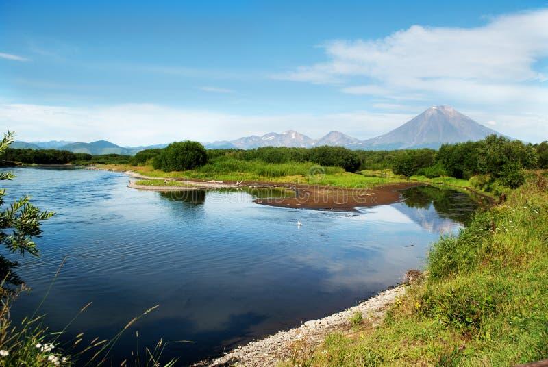 Bello paesaggio di cielo blu, della montagna e del lago fotografie stock