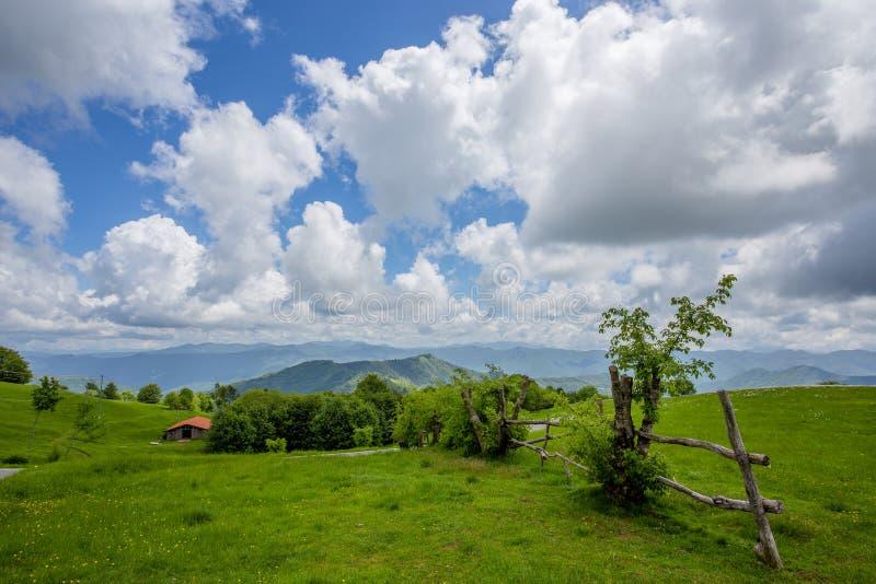 Bello paesaggio di countriside nello spingtime sotto un cielo blu con le nuvole, Italia immagine stock