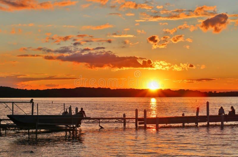 Bello paesaggio di estate con il tramonto sopra il lago fotografia stock