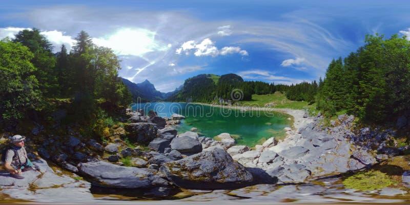 Bello paesaggio di estate del lago della montagna alla Svizzera fotografia stock