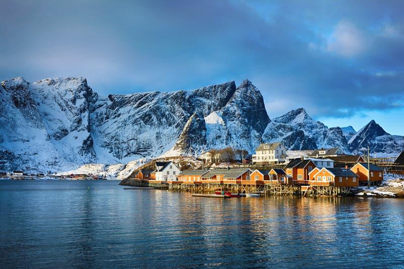 Bello paesaggio di inverno del paesino di pescatori pittoresco nelle isole di Lofoten, Norvegia fotografia stock libera da diritti