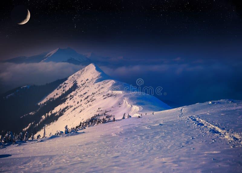 Bello paesaggio di inverno di notte in montagne immagini stock