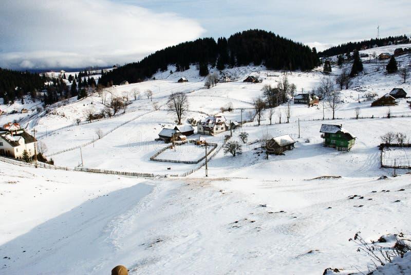 Bello paesaggio di inverno in montagne carpatiche rumene fotografia stock libera da diritti
