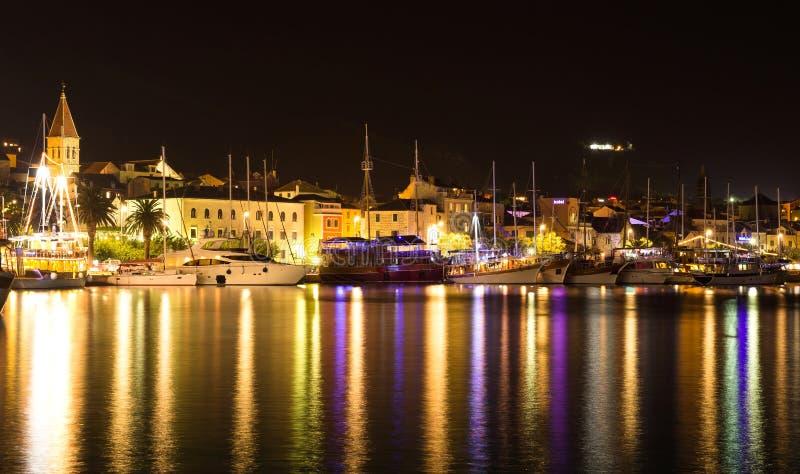 Bello Paesaggio Di Notte Della Città Di Makarska, Località Di ...