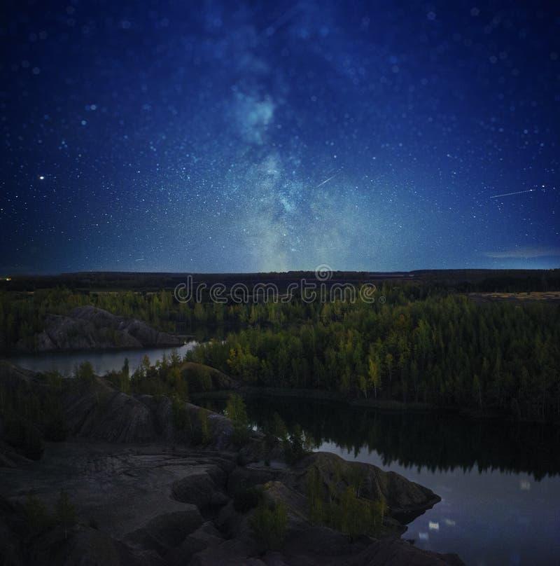 Bello paesaggio di notte, la Via Lattea, le stelle ed il lago fotografia stock