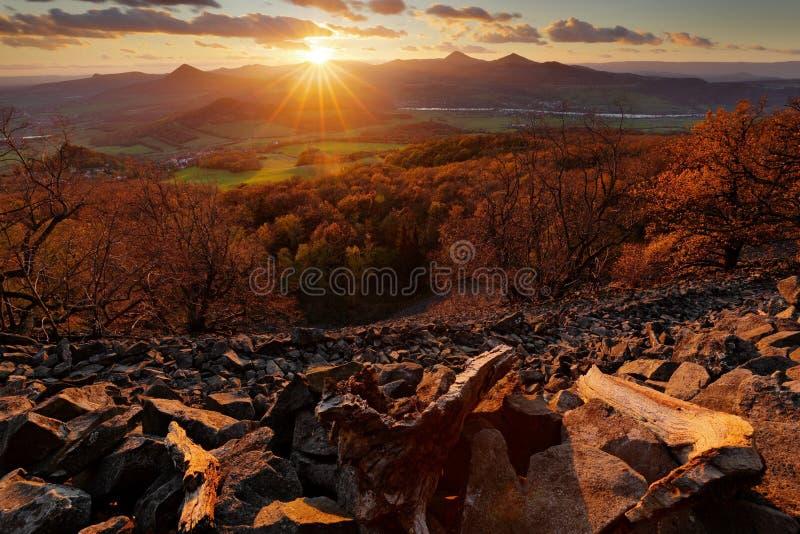 Bello paesaggio di tramonto con la stella del sole Vista dalla collina di Plesivec, Ceske Stredohori, ceco Villaggi di sera Sun c immagine stock