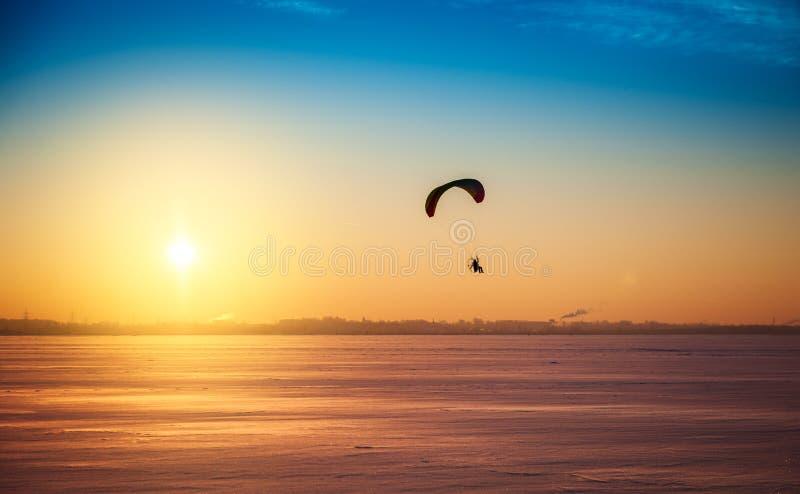 Bello paesaggio di tramonto di inverno con l'aliante di volo fotografie stock
