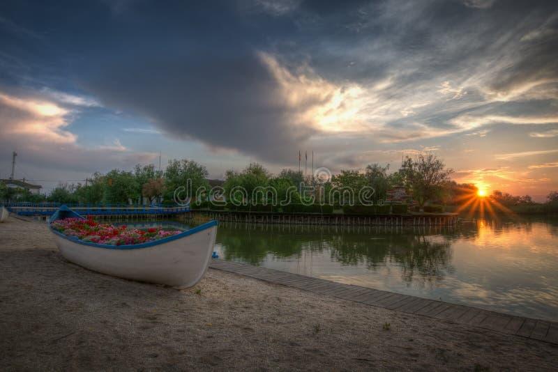 Bello paesaggio di tramonto sopra il delta di Danubio in Gura Portitei, Romania immagine stock
