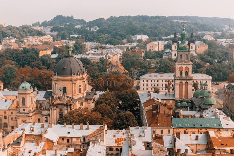 Bello paesaggio di vecchia città: vie, tetti, viste, porte immagini stock