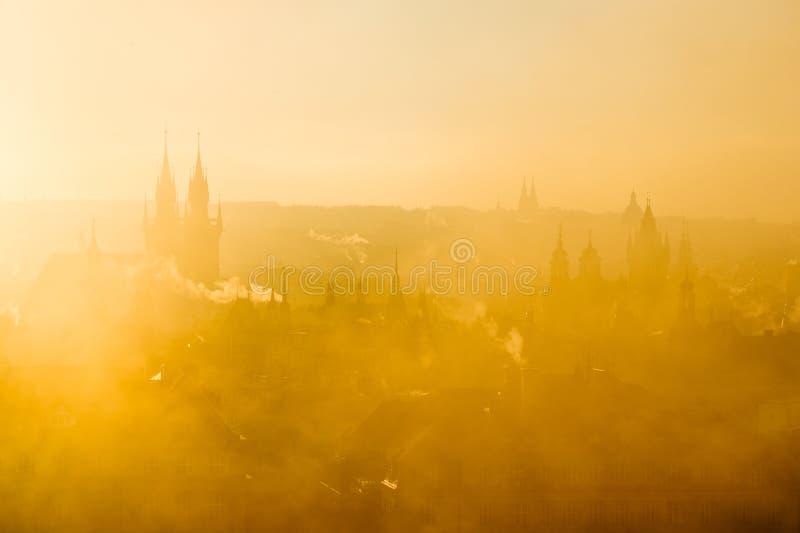 Bello paesaggio dorato di paesaggio urbano nebbioso di mattina morbida di Praga immagine stock