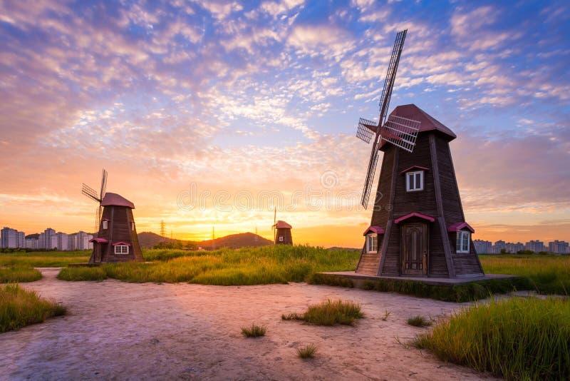 Bello paesaggio e mulini a vento tradizionali immagini stock
