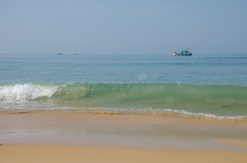 Bello paesaggio la barca del pescatore il Mar Arabico in Goa India fotografie stock