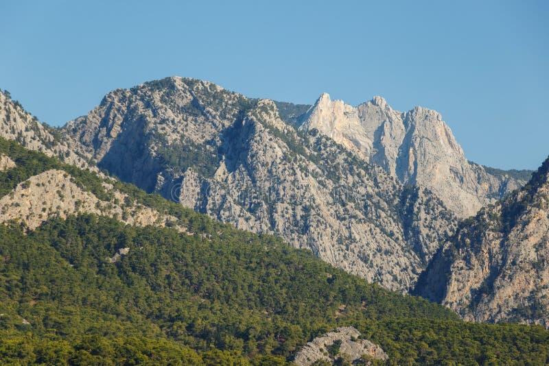 Bello paesaggio nel Mountain View Bella vista del sole delle montagne di Toro di mattina contro il cielo blu fotografia stock libera da diritti
