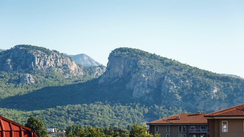 Bello paesaggio nel Mountain View Bella vista del sole delle montagne di Toro di mattina contro il cielo blu fotografia stock