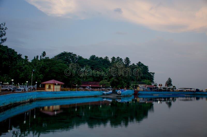 Bello paesaggio nella penombra dell'argine del mare delle Andamane per port Blair India fotografia stock