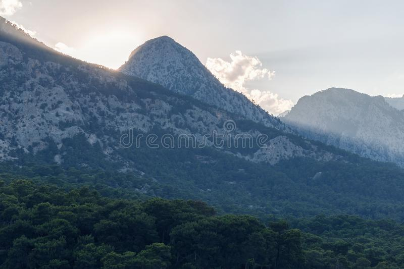 Bello paesaggio nelle montagne al tramonto Punto di vista adorabile di Taurus Mountains al tramonto Cadute morbide di luce solare immagine stock libera da diritti