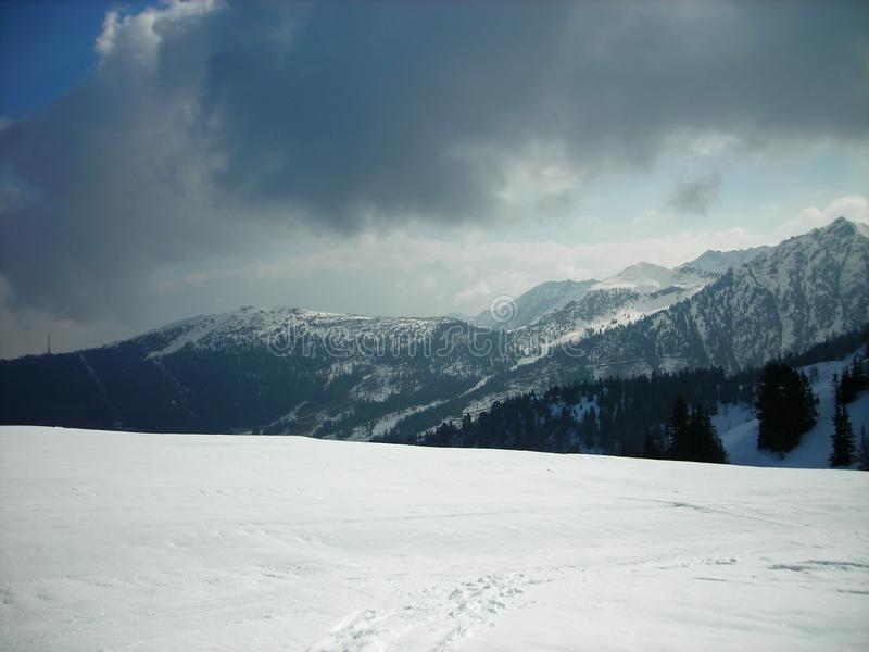 Bello paesaggio nevoso in una stazione sciistica della montagna, vista panoramica di inverno immagini stock