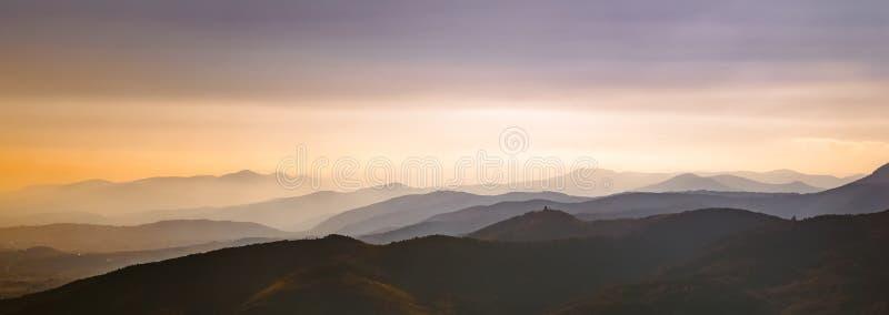 Bello paesaggio panoramico scenico delle montagne dei Vosgi al crepuscolo, la Francia immagine stock