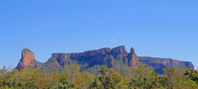 Bello paesaggio rosso della montagna a Chapada Dos Guimaraes, il centro geografico del Sudamerica, Mato Grosso, Brasile immagine stock