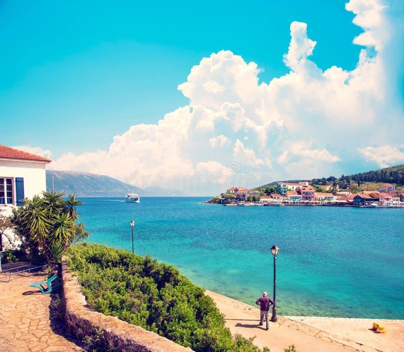 Bello paesaggio scenico con la baia e traghetto sui precedenti fotografia stock