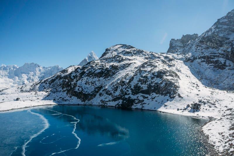 bello paesaggio scenico con le montagne ed il lago nevosi, Nepal, Sagarmatha, fotografia stock