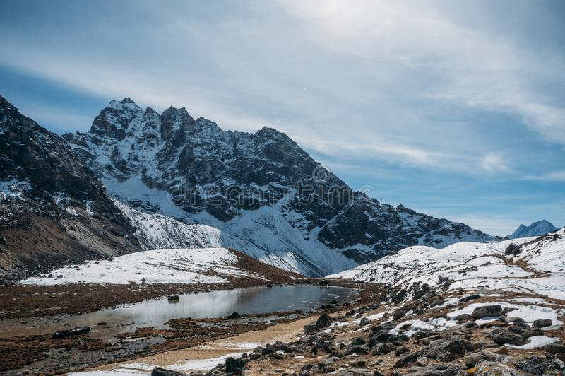 bello paesaggio scenico con le montagne ed il lago nevosi, Nepal, Sagarmatha, fotografia stock libera da diritti