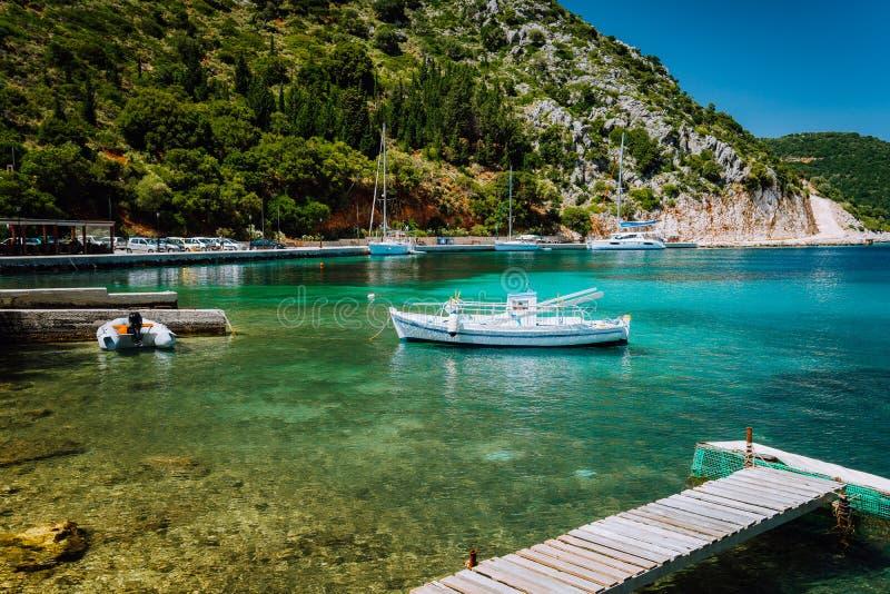 Bello paesaggio soleggiato tranquillo del porto greco adorabile, mare blu con acqua cristallina Barca di feste di vacanza di turi fotografia stock libera da diritti
