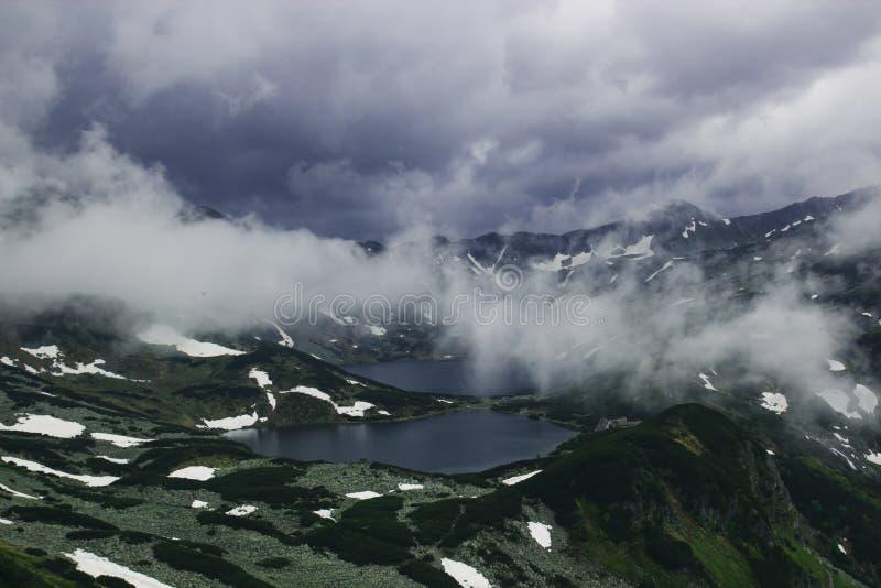 Bello paesaggio spaventoso triste della montagna con due laghi in immagine stock
