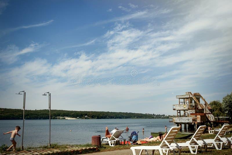 Bello paesaggio stupefacente della spiaggia con le sedie bianche, estate t immagini stock libere da diritti