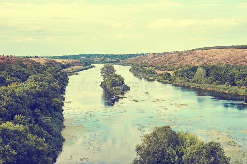 Bello paesaggio tonificato del fiume selvaggio fotografie stock