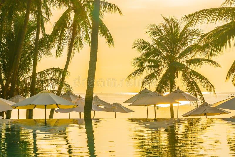 Bello paesaggio tropicale all'aperto della natura della piscina nella localit? di soggiorno dell'hotel con l'ombrello dell'albero fotografie stock libere da diritti