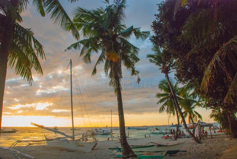 Bello paesaggio tropicale con le palme nel evenin Boracay, Filippine immagini stock libere da diritti