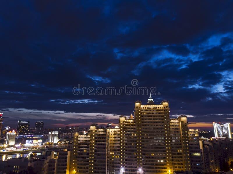 Bello paesaggio urbano alla notte Vista superiore aerea dei apartmen moderni immagini stock libere da diritti