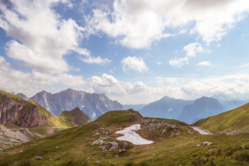 Bello paesaggio verde della montagna contro il cielo fotografia stock