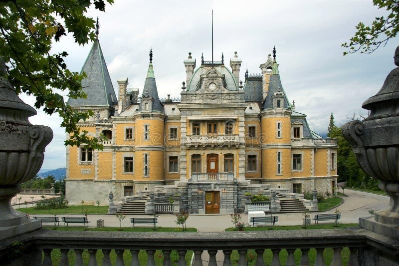 Bello palazzo antico il giorno nuvoloso fotografie stock