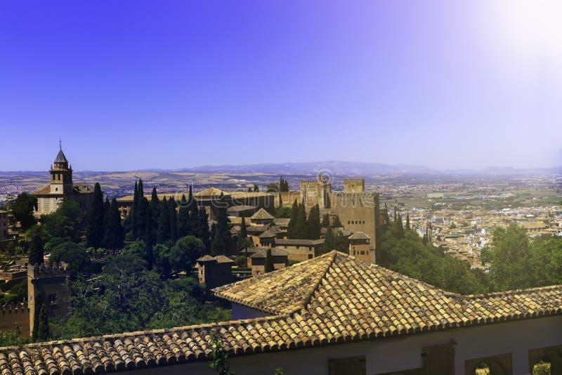 Bello palazzo di Alhambra e montagne circostanti a Granada, Spagna fotografia stock