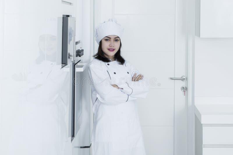 Bello panettiere femminile che sta nella cucina fotografia stock libera da diritti