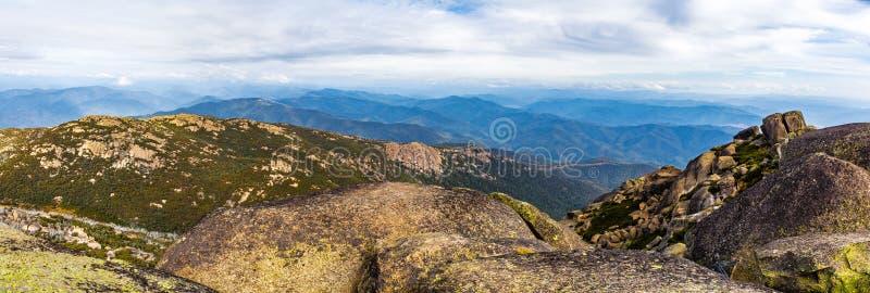 Bello panorama del paesaggio dei massi, delle rocce e delle montagne a fotografia stock