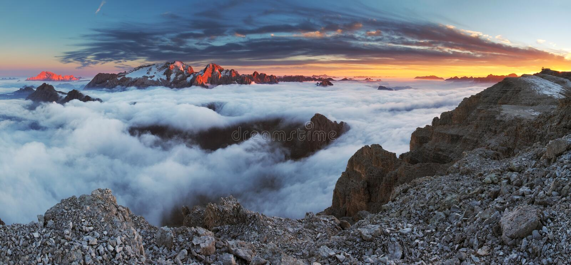 Bello panorama della montagna in dolomia dell'Italia immagini stock libere da diritti