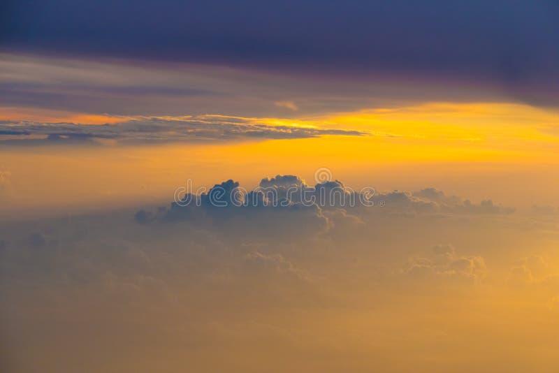 Bello panorama di alba di tramonto sopra le nuvole fotografia stock