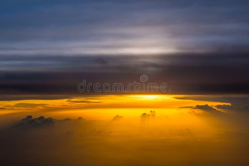 Bello panorama di alba di tramonto sopra le nuvole fotografie stock