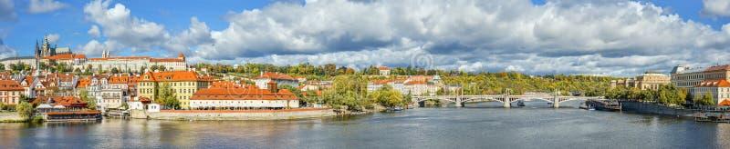 Bello panorama di autunno del fiume la Moldava, del ponte antico della corona svedese del ¡ di JirÃ, vecchio centro urbano e fotografia stock libera da diritti