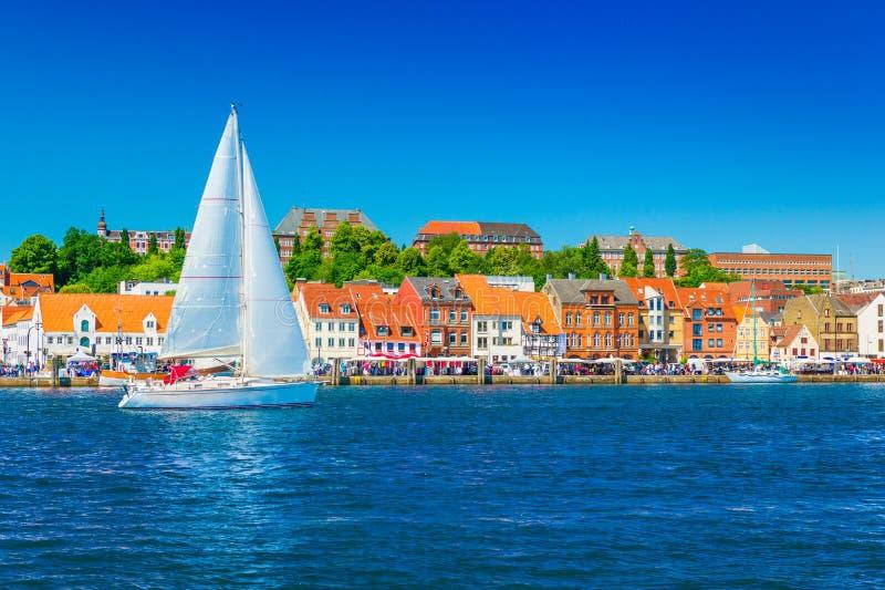 Bello panorama di città portuale europea immagine stock