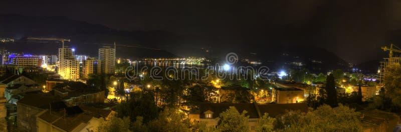 Bello panorama di HDR di notte di una destinazione popolare di vacanza, la città di Budua, Montenegro fotografia stock libera da diritti